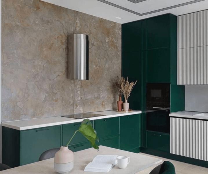 Современные кухни в зеленом стиле с металлической вытяжкой