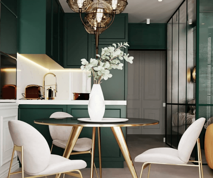 зелёно-белая кухня с белыми фасадами
