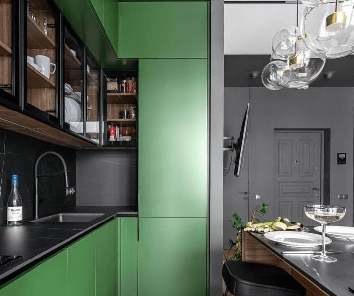 Современные кухни в зеленом стиле с черной столешницей