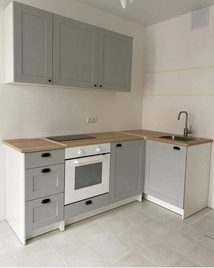 светло-серая кухня в деревянной столешницей