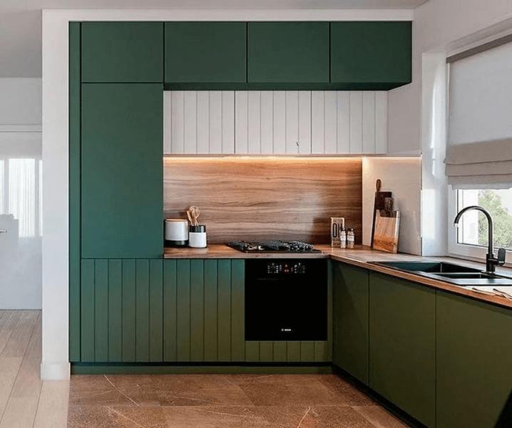Современные кухни в зеленом стиле с белыми средними шкафами