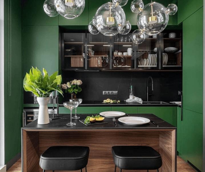 Современные кухни в зеленом стиле с дизайнерскими светильниками