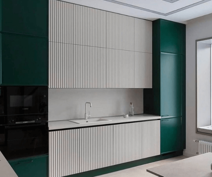 Современные кухни в зеленом стиле с белыми шкафами