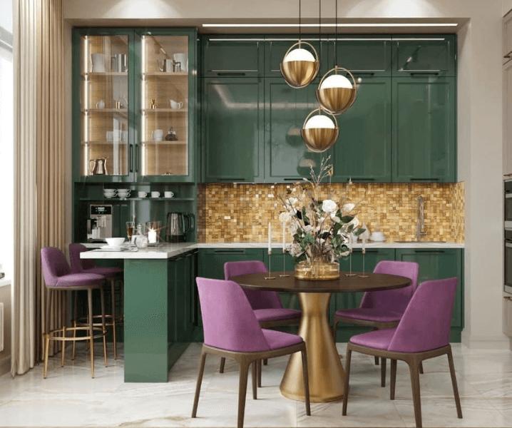 зеленая кухня с сиреневыми стульями