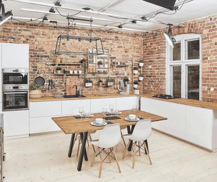 белая кухня в стиле Лофт с кирпичом