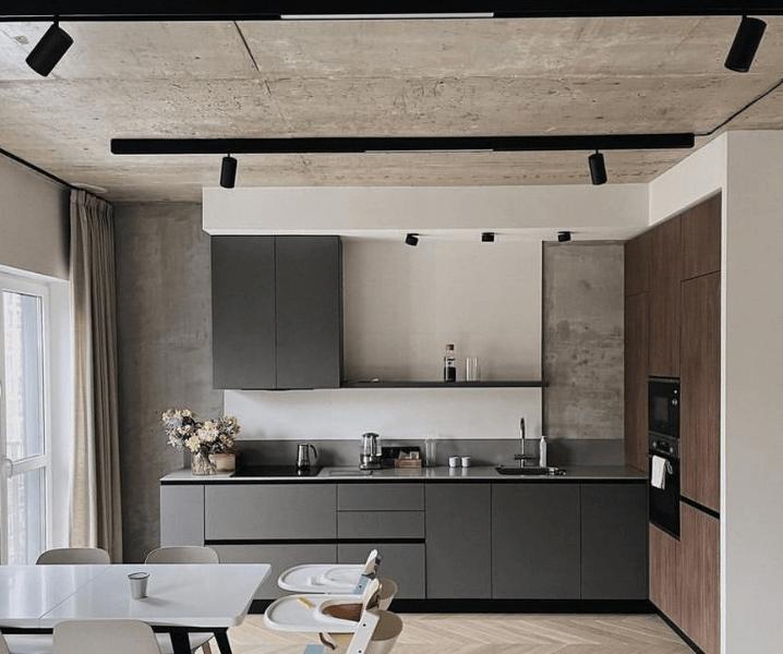 серая кухня в стиле лофт и серый потолок