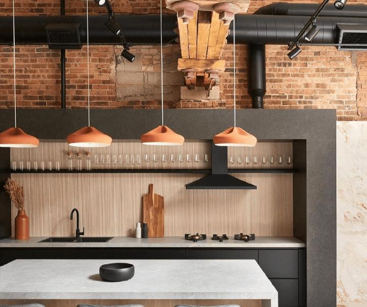 серая кухня в стиле лофт и бронзовые светильники