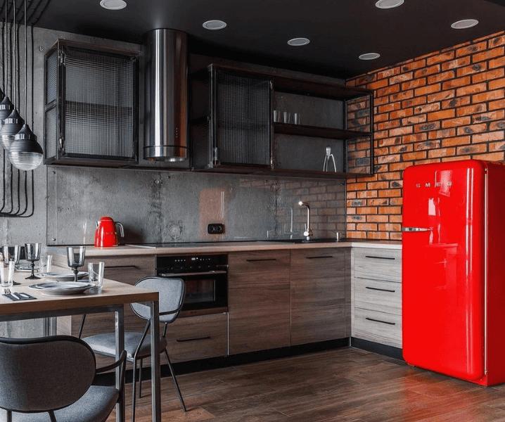 серая кухня в стиле лофт и красный холодильник